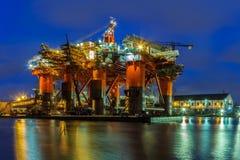 Πλατφόρμα άντλησης πετρελαίου τη νύχτα Στοκ Φωτογραφία