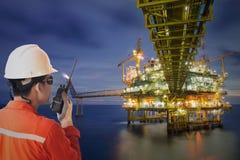Πλατφόρμα αερίου ή πλατφόρμα εγκαταστάσεων γεώτρησης στο χρόνο ηλιοβασιλέματος ή ανατολής Στοκ Εικόνες