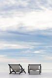Πλατφόρμα αποβαθρών τοπίων θάλασσας με την έννοια αγάπης δύο καρεκλών Στοκ εικόνα με δικαίωμα ελεύθερης χρήσης
