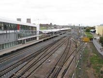 Πλατφόρμα και ράγες σιδηροδρόμων σε μια νεφελώδη ημέρα Στοκ φωτογραφία με δικαίωμα ελεύθερης χρήσης
