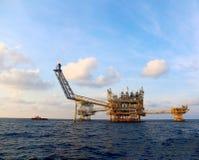 Πλατφόρμα παραγωγής πετρελαίου και εγκαταστάσεων γεώτρησης Στοκ εικόνες με δικαίωμα ελεύθερης χρήσης