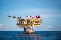 Πλατφόρμα παραγωγής στο παράκτιες πετρέλαιο και τη βιομηχανία φυσικού αερίου Στοκ εικόνα με δικαίωμα ελεύθερης χρήσης