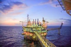 Πλατφόρμα πετρελαίου και φυσικού αερίου ή πλατφόρμα κατασκευής στον κόλπο ή τη θάλασσα, διαδικασία παραγωγής για το πετρέλαιο και Στοκ Φωτογραφίες