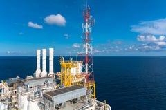 Πλατφόρμα πετρελαίου και φυσικού αερίου με το κάψιμο αερίου, ενέργεια δύναμης Στοκ εικόνα με δικαίωμα ελεύθερης χρήσης