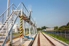Πλατφόρμα σιδηροδρόμων του ανεφοδιασμού σε καύσιμα σύνθετη στοκ εικόνα
