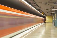 Πλατφόρμα σταθμών με τη διάβαση του τραίνου Στοκ φωτογραφίες με δικαίωμα ελεύθερης χρήσης