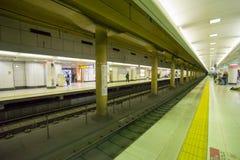 Πλατφόρμα σταθμών υπόγειων τρένων με τους κατόχους διαρκούς εισιτήριου στο Τόκιο Ιαπωνία στοκ εικόνα
