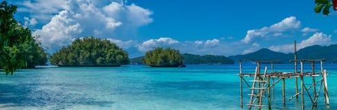 Πλατφόρμα ψαράδων κοντά σε Batu Λίμα, θέρετρο βιοποικιλότητας, νησί Gam, Doberai Eco στο υπόβαθρο, Urai, δύση Papuan, Raja στοκ εικόνες