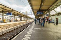 Πλατφόρμες στο σιδηροδρομικό σταθμό αερολιμένων Γενεύη-Cornavin Στοκ εικόνα με δικαίωμα ελεύθερης χρήσης