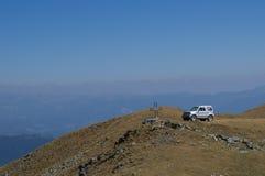 Πλαϊνό αυτοκίνητο πάνω από το βουνό στοκ εικόνα με δικαίωμα ελεύθερης χρήσης