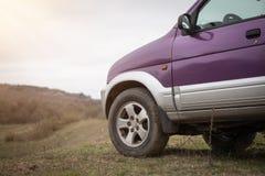 Πλαϊνό αυτοκίνητο στη φύση Εξερευνήστε και ταξιδεψτε suv στοκ εικόνα με δικαίωμα ελεύθερης χρήσης