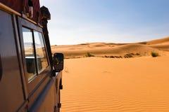 Πλαϊνό όχημα oldtimer στους αμμόλοφους Σαχάρας, Μαρόκο Στοκ Φωτογραφίες