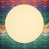 Πλεγμένος πολύχρωμος καμβάς βαμβακιού Στρογγυλό άσπρο πλαίσιο για το κείμενο Στοκ Εικόνες