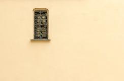 Πλεγμένο παράθυρο με το μπεζ υπόβαθρο Στοκ φωτογραφία με δικαίωμα ελεύθερης χρήσης