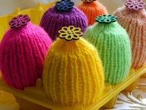 Πλεκτά καπέλα για τα αυγά Πάσχας Στοκ εικόνα με δικαίωμα ελεύθερης χρήσης