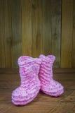 Πλεκτές ροζ κάλτσες μωρών Στοκ φωτογραφία με δικαίωμα ελεύθερης χρήσης
