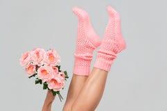 Πλεκτές ροζ κάλτσες των γυναικών Στοκ Φωτογραφίες