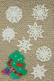 Πλεκτό νήμα ύφασμα γιούτας Snowflakes, χριστουγεννιάτικο δέντρο Στοκ φωτογραφίες με δικαίωμα ελεύθερης χρήσης