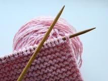 Πλεκτό πλέξιμο με το πλέξιμο των βελόνων Στοκ εικόνα με δικαίωμα ελεύθερης χρήσης