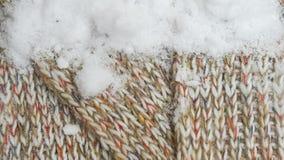 Πλεκτό υφαντικό υπόβαθρο με το χιόνι Στοκ εικόνα με δικαίωμα ελεύθερης χρήσης