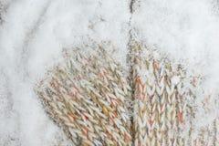 Πλεκτό υφαντικό υπόβαθρο με το χιόνι Στοκ φωτογραφίες με δικαίωμα ελεύθερης χρήσης