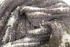 Πλεκτό υφαντικό υπόβαθρο με το χιόνι Στοκ Εικόνες