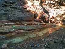 Πλευρά απότομων βράχων που διαβρώνεται από τον κολπίσκο Στοκ φωτογραφία με δικαίωμα ελεύθερης χρήσης