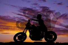 Πλευρά γύρου μοτοσικλετών γυναικών σκιαγραφιών Στοκ φωτογραφίες με δικαίωμα ελεύθερης χρήσης