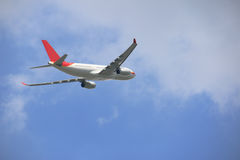 Πλευρά του εμπορικού αεροπλάνου στο μπλε ουρανό στοκ φωτογραφία με δικαίωμα ελεύθερης χρήσης