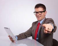 Πλευρά του νέου επιχειρησιακού ατόμου με την ταμπλέτα, που δείχνει σε σας Στοκ φωτογραφία με δικαίωμα ελεύθερης χρήσης