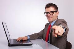 Πλευρά του νέου επιχειρησιακού ατόμου στο lap-top, που δείχνει σε σας Στοκ φωτογραφία με δικαίωμα ελεύθερης χρήσης
