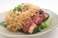 Πλευρά χοιρινού κρέατος με τα λαχανικά και τα νουντλς Στοκ Φωτογραφία