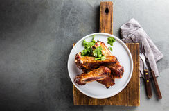 Πλευρά χοιρινού κρέατος σχαρών που εξυπηρετούνται στο πιάτο wite, τοπ άποψη στοκ φωτογραφίες