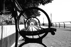 Πλευρά armrest πάγκων πάρκων σε γραπτό Στοκ Εικόνες