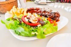 Πλευρό χοιρινού κρέατος και φυτικό πιάτο σαλάτας Στοκ φωτογραφίες με δικαίωμα ελεύθερης χρήσης