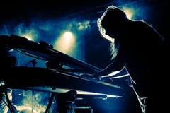 Πληκτρολόγια παιχνιδιού κοριτσιών κατά τη διάρκεια της συναυλίας, σκιαγραφία Στοκ φωτογραφίες με δικαίωμα ελεύθερης χρήσης