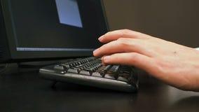 Πληκτρολόγιο 30 Η κινηματογράφηση σε πρώτο πλάνο των αρσενικών χεριών χρησιμοποιεί τη γραφική ταμπλέτα και πληκτρολογεί το ανοικτ απόθεμα βίντεο