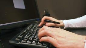 Πληκτρολόγιο 29 Η κινηματογράφηση σε πρώτο πλάνο των αρσενικών χεριών χρησιμοποιεί το έγγραφο δακτυλογράφησης γραφικών ταμπλετών  φιλμ μικρού μήκους