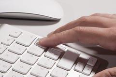Πληκτρολόγιο και χέρια Στοκ εικόνα με δικαίωμα ελεύθερης χρήσης