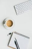Πληκτρολόγιο με τις προμήθειες γραφείων και φλιτζάνι του καφέ στην επιτραπέζια κορυφή καφές γραφείων lap-top Στοκ φωτογραφία με δικαίωμα ελεύθερης χρήσης