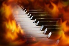Πληκτρολόγιο πιάνων κινηματογραφήσεων σε πρώτο πλάνο με την οθόνη φλογών πυρκαγιάς Στοκ Φωτογραφίες