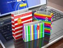 πληκτρολόγιο πιστωτικών ε χεριών έννοιας υπολογιστών εμπορίου καρτών Ζωηρόχρωμες τσάντες αγορών εγγράφου ριγωτές Στοκ φωτογραφία με δικαίωμα ελεύθερης χρήσης