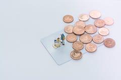 πληκτρολόγιο πιστωτικών ε χεριών έννοιας υπολογιστών εμπορίου καρτών Στοκ εικόνα με δικαίωμα ελεύθερης χρήσης