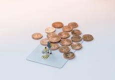 πληκτρολόγιο πιστωτικών ε χεριών έννοιας υπολογιστών εμπορίου καρτών Στοκ Φωτογραφία