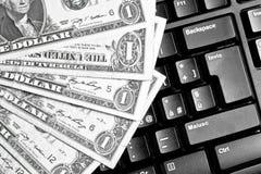 Πληκτρολόγιο υπολογιστών με τα δολάρια, που κάνουν εμπόριο on-line Στοκ φωτογραφία με δικαίωμα ελεύθερης χρήσης