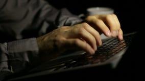 Πληκτρολόγιο lap-top που δακτυλογραφεί αργά τη νύχτα απόθεμα βίντεο