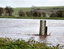 Πλημμυρίζοντας ποταμός Μετρητής δεικτών επιπέδων απόγειου στοκ φωτογραφίες