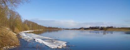 Πλημμύρα άνοιξη στον ποταμό Στοκ εικόνα με δικαίωμα ελεύθερης χρήσης