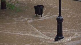 Πλημμύρα μετά από τη δυνατή βροχή στη κατοικήσιμη περιοχή 4K απόμακρη πιθανότητα απόθεμα βίντεο