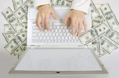 Πληρωμένη εργασία: Θηλυκά χέρια που δακτυλογραφούν στο άσπρο πληκτρολόγιο υπολογιστών Στοκ Εικόνες